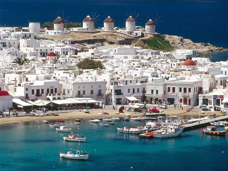 Греческие города легко узнаваемы по белому цвету стен большинства домов