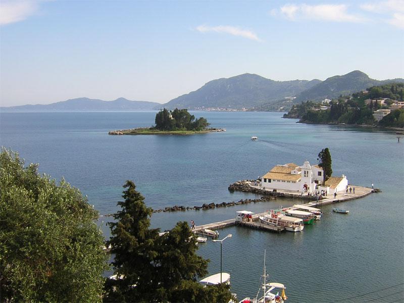 Все побережье острова Корфу состоит из живописных бухт и островков
