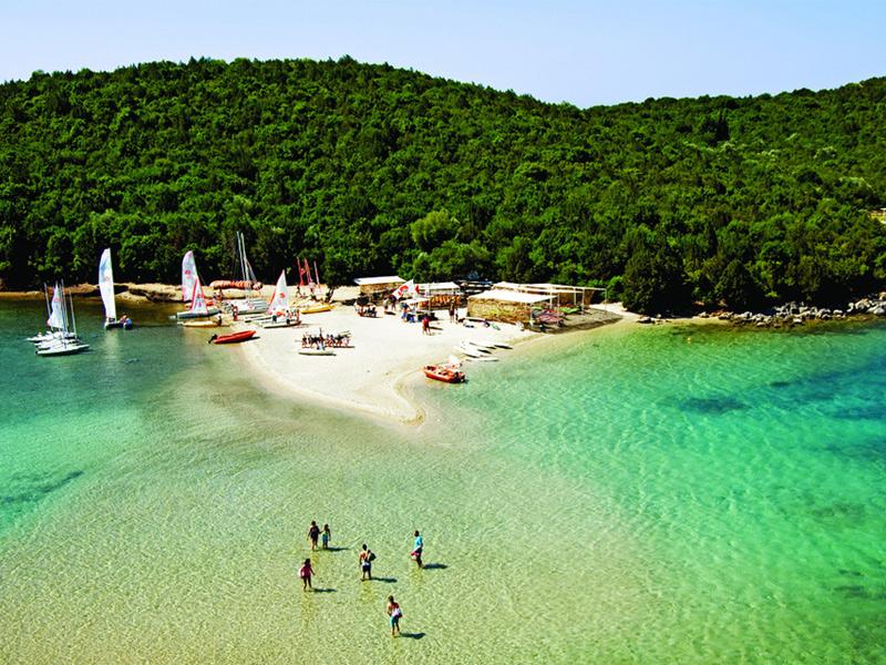 Греческие пляжи - это всегда много солнца и зелени, мягкий песок и голубое море